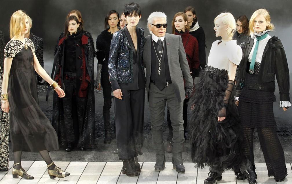 O estilista alemão Karl Lagerfeld posa com modelos em Paris — Foto: AP
