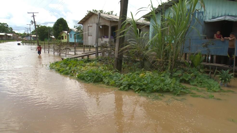 Água inundou quintais na cidade — Foto: Jhonatan Fabrício/ Rede Amazônica Acre