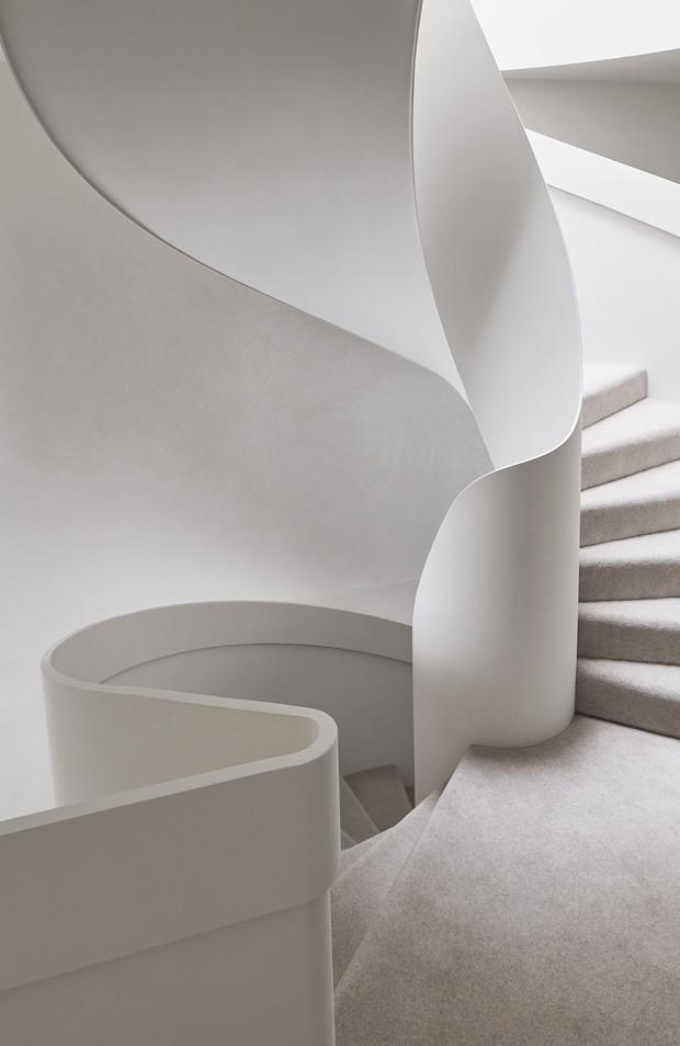 Escada monumental é o coração deste tríplex australiano   (Foto: Lucas Allen)