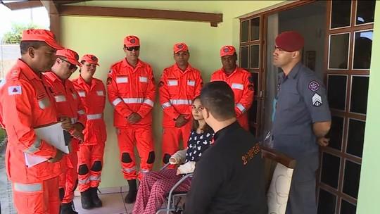 Após alta, adolescente recebe visita de Bombeiros que a resgataram de acidente de carro
