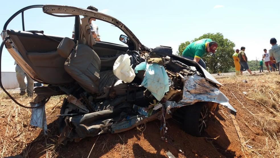 Carro foi partido ao meio em acidente (Foto: Divulgação)