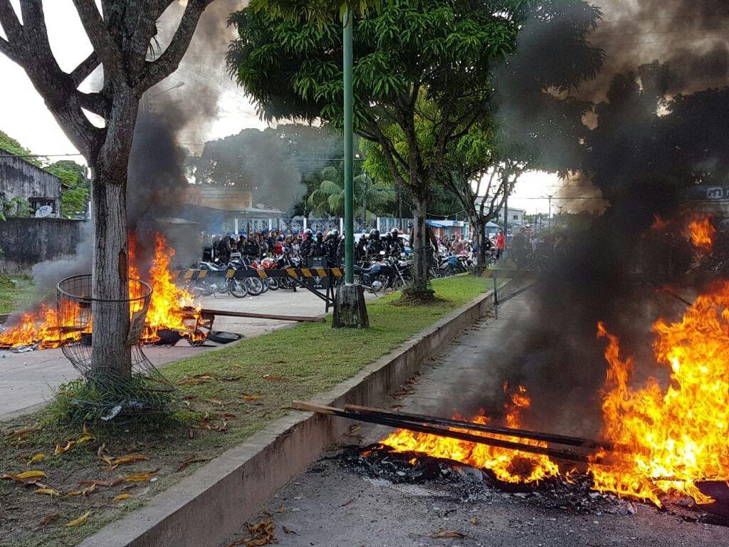 Professores protestam em frente à Câmara Municipal de Breves e aguardam decisão do poder legislativo