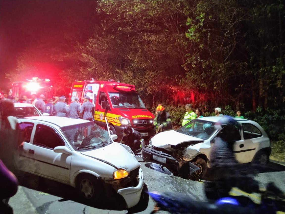 Cinco ficam feridos em acidente entre dois carros na Estrada do Cajuru em São José, SP - Notícias - Plantão Diário