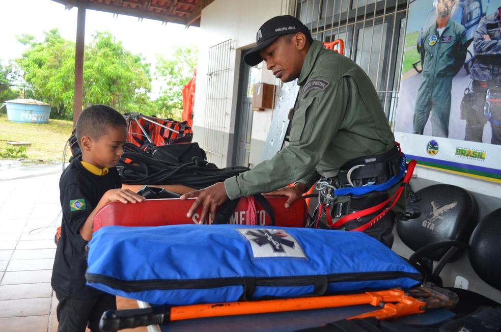 Rafael conheceu os equipamentos de resgates e salvatagem do GTA (Foto: Jorge Abreu/G1)