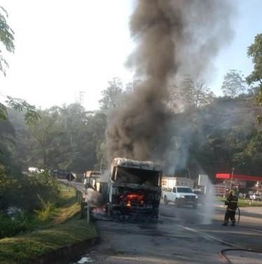 Carreta pega fogo na BR-040 em Santos Dumont
