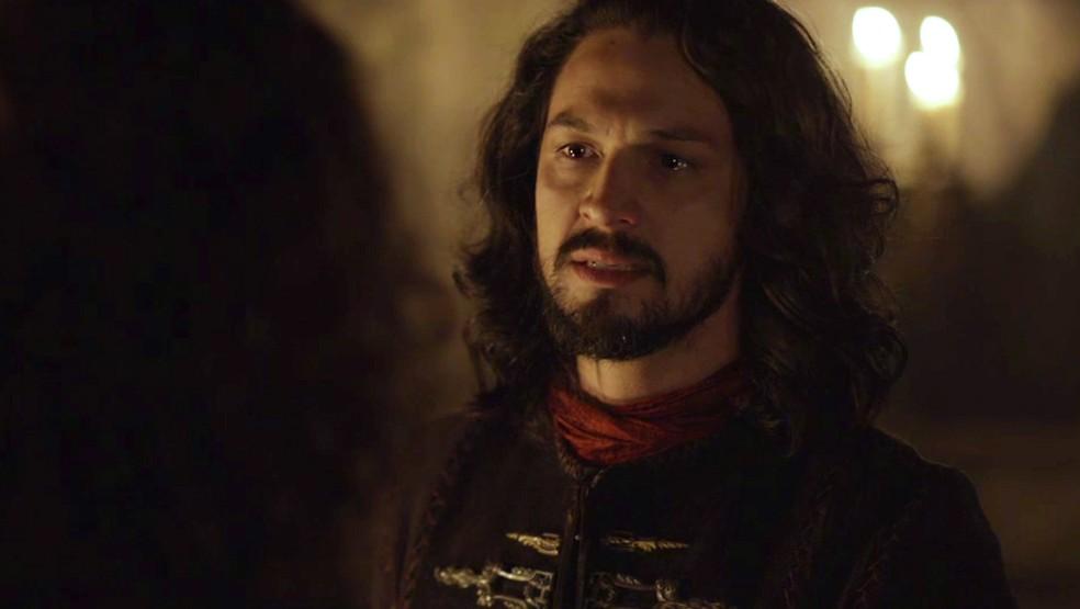 Afonso recebe o irmão, mas fica desconfiado (Foto: TV Globo)