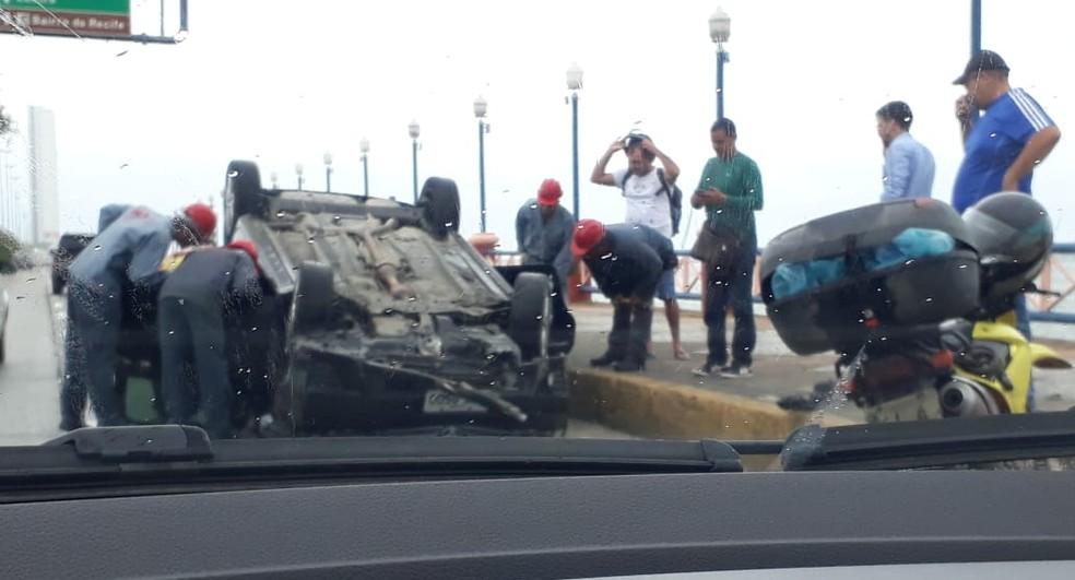 Capotamento deixou uma pessoa ferida no Recife — Foto: Danielle Fonseca/TV Globo