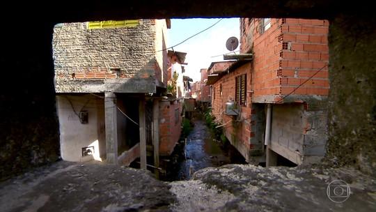 Vizinhos de córrego da Zona Sul de SP abandonam casas por causa de enchente