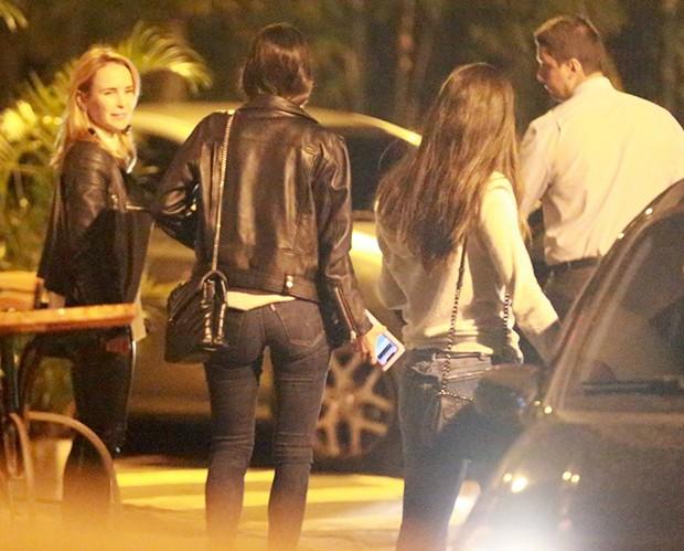 Fernanda Nobre e Bruna Marquezine deixam restaurante com grupo de amigas (Foto: Thiago Martins/AgNews)
