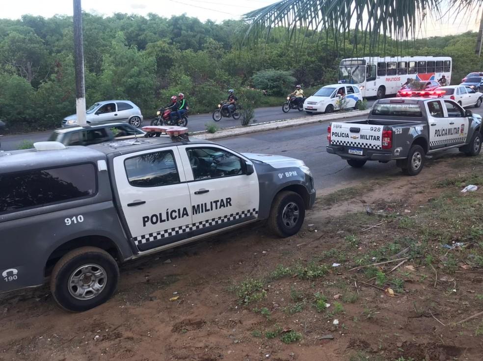Carros da Polícia Militar na comunidade do Mosquito, após chacina na madrugada desta terça-feira (2) — Foto: Kleber Teixeira/Inter TV Cabugi