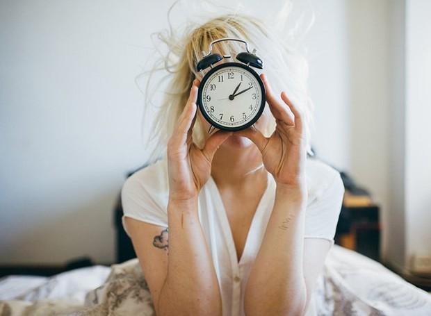 Acordar bem, com tempo e calmo é imprescindível para ter um bom dia (Foto: Stocksy/ Reprodução)
