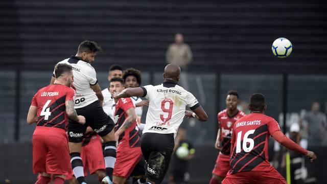 Henriquez, do Vasco, cabeceia e ameaça o Athletico