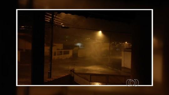 Chuva de granizo surpreende moradores de Buriti Alegre, GO; vídeo