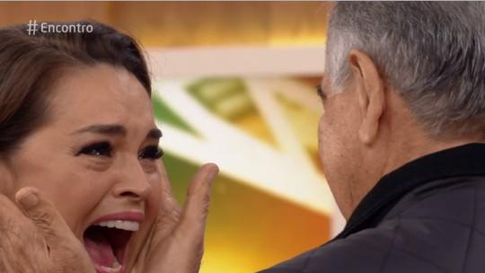 Suzy Rêgo reencontra o pai após dois anos e chora