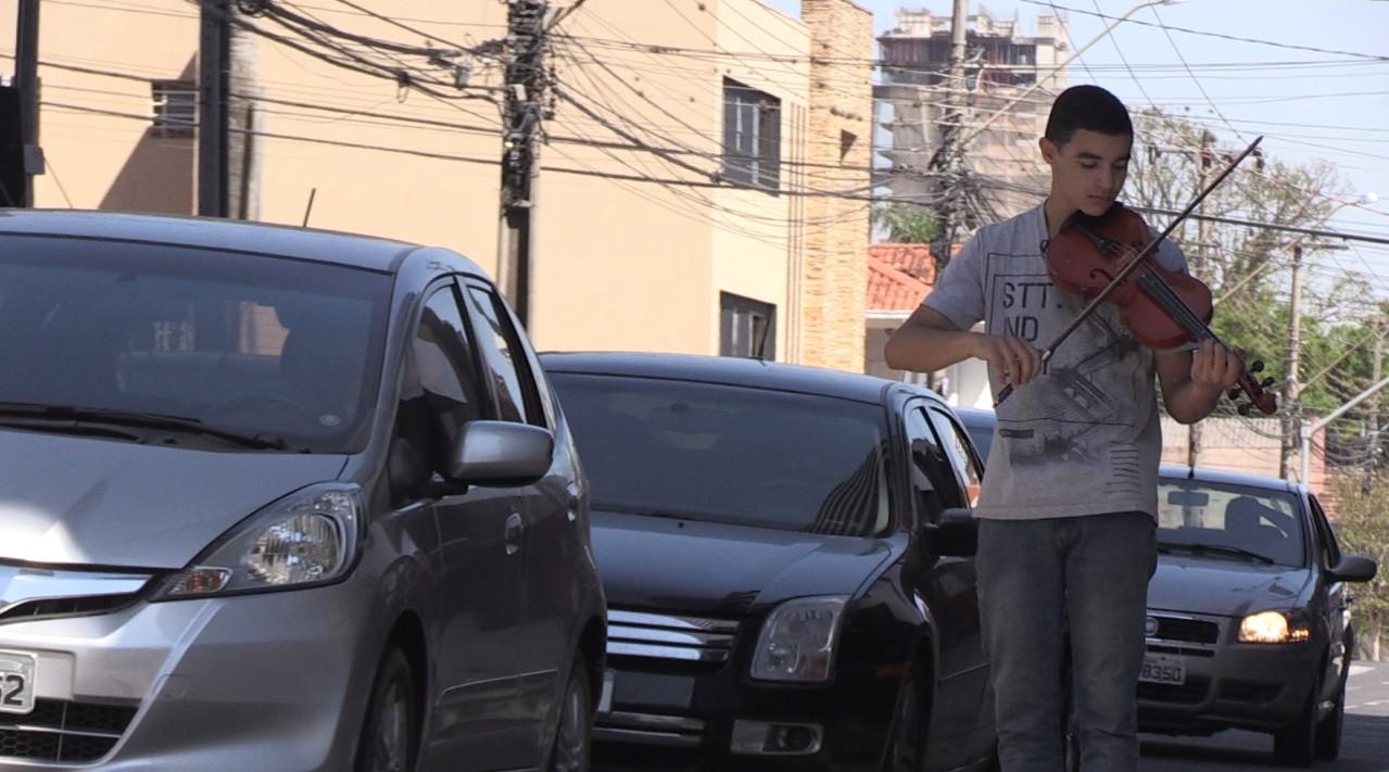 Jovem toca violino em semáforos de Ponta Grossa para juntar dinheiro e cursar universidade - Notícias - Plantão Diário