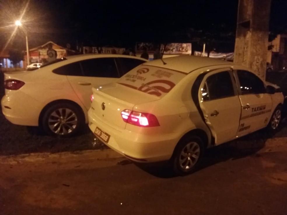 Dois passageiros estavam no táxi no momento do acidente — Foto: Lucas Ferreira/TV Anhanguera