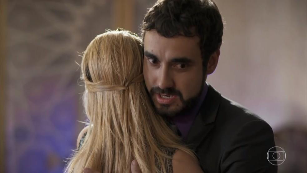 Leozinho (Gabriel Godoy) propõe solução para Fedora (Tatá Werneck) ser aprovada por seus pais árabes - 'Haja Coração' — Foto: Globo