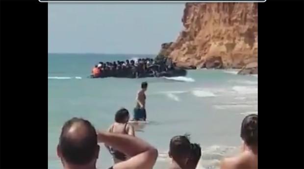 Bote com migrantes marroquinos se choca contra rochas em praia de luxo na Espanha (Foto: Reprodução/Twitter)