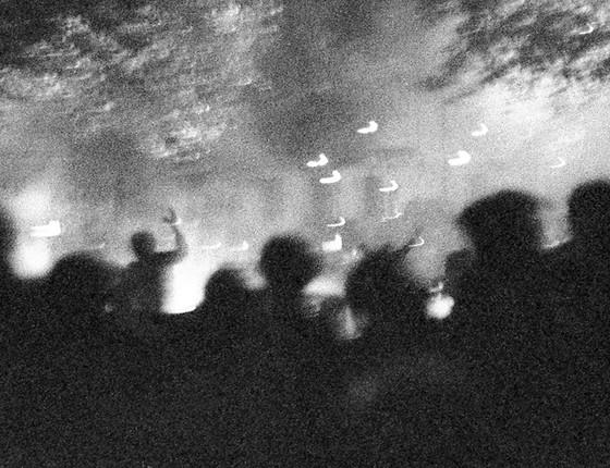 Os manifestantes usam o fogo como arma na noite de 24 de maio de 1968 (Foto: Philippe Gras)