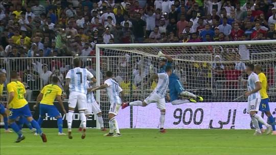 Neymar toca para Arthur que pega bem na bola e Romero faz bela defesa aos23 do 2º tempo