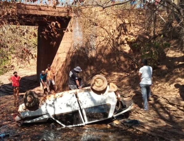 Bebê é encontrado vivo entre os corpos dos pais após carro cair de ponte; menino foi transferido em helicóptero de MG para o DF