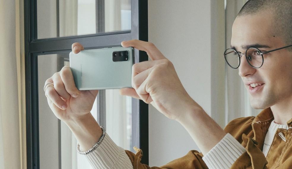 Galaxy S20 FE tira selfies de 32 MP — Foto: Divulgação/Samsung
