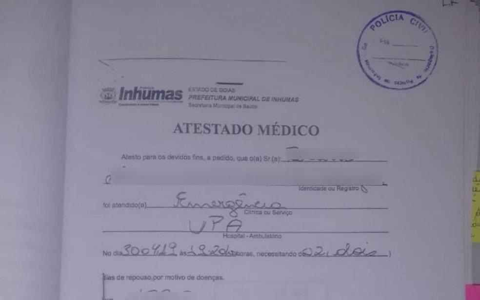 Ela subtraía blocos de atestados médicos, carimbava e falsificava assinatura dos profissionais.  — Foto: Divulgação/Polícia Civil