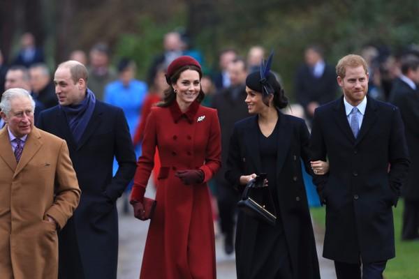 As duquesas Kate Middleton e Meghan Markle na companhia dos maridos e do Príncipe Charles na chegada conjunta do quarteto na missa natalina da família real britânica (Foto: Getty Images)