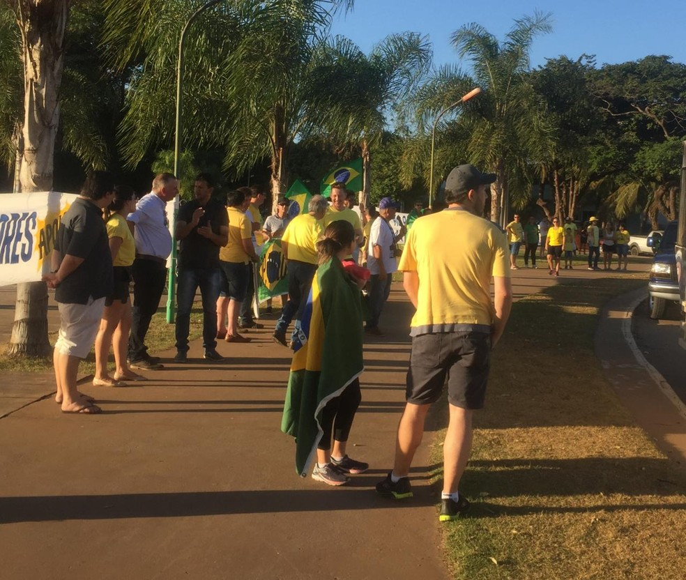 Manifestantes se reuniram em praça de Sinop, a 503 km de Cuiabá — Foto: Mel Parizzi/TVCA