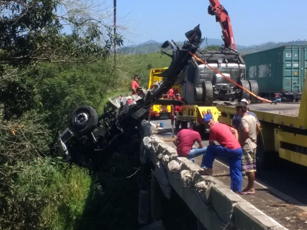Carreta cegonha despencou de ponte e acidente interrompe captação de água no interior paulista — Foto: Rinaldo Rori/G1