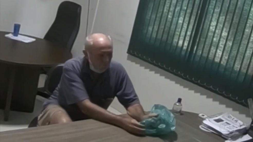 Deputado Lebrão aparece em vídeo recebendo dinheiro que seria de propina — Foto: JN/Reprodução