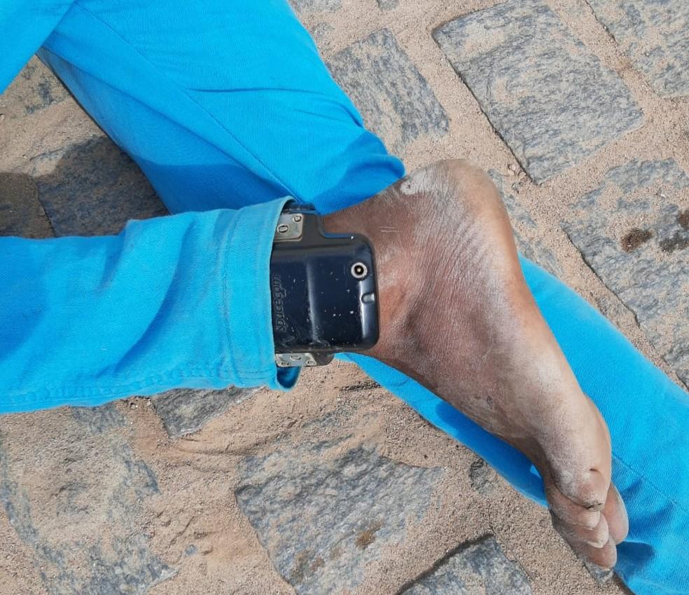 O suspeito de furtar moto, que foi preso após colidir com carro policial, em Campos Sales, no Ceará, utilizava tornozeleira eletrônica — Foto: Reprodução/PMCE
