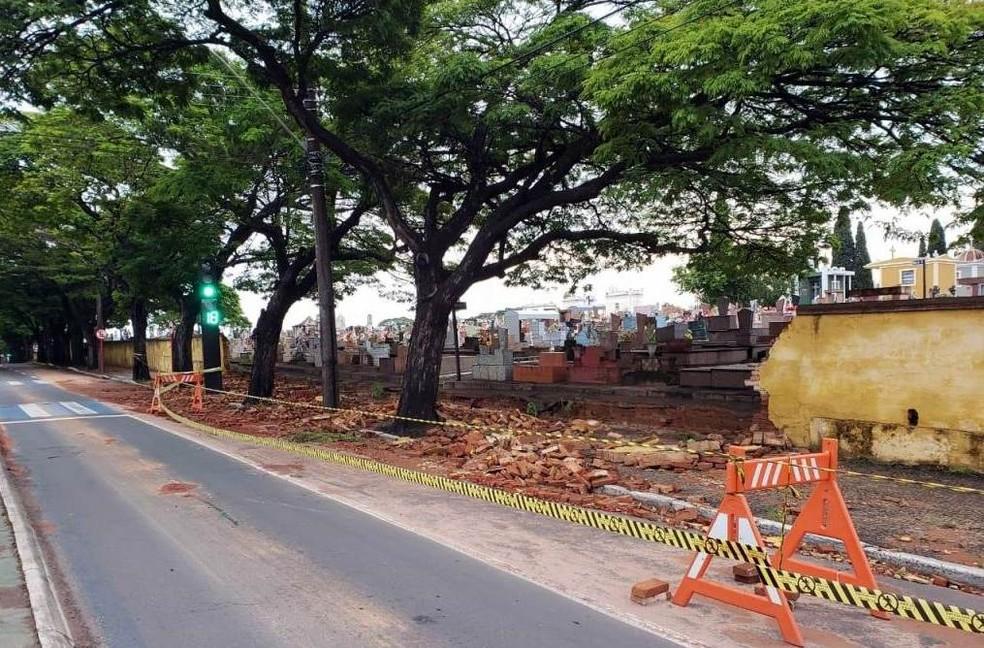 Chuva derruba muro de cemitério em São Carlos — Foto: A Cidade ON/São Carlos