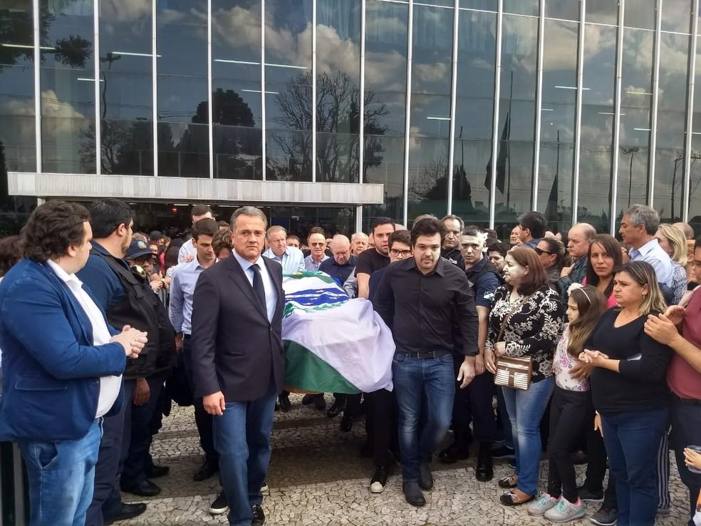 Corpo deixa a Prefeitura de Guarapuava para cortejo (Foto: Wilson Kirsche/RPC)
