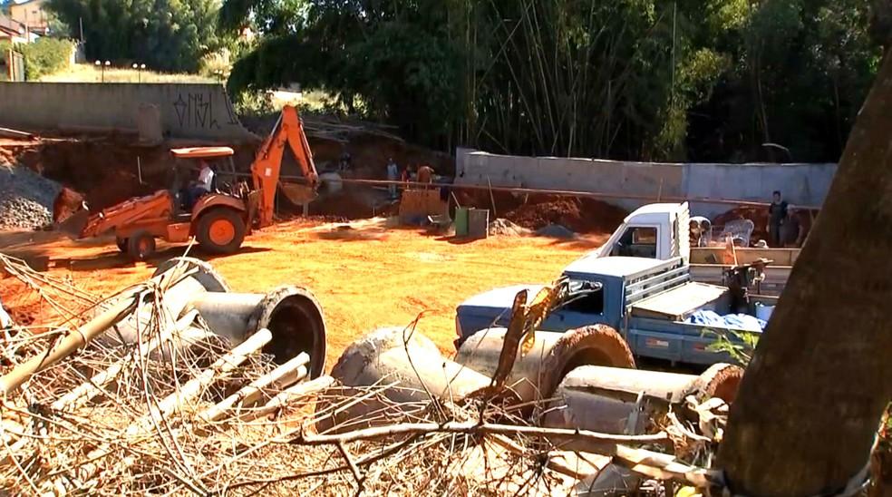 Máquinas e homens durante trabalhos na cratera que se abriu em avenida de Assis (Foto: Reprodução / TV TEM)