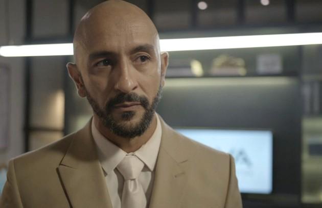 No sábado (22), Álvaro levará um tiro para salvar a vida de Raul (Foto: Reprodução)
