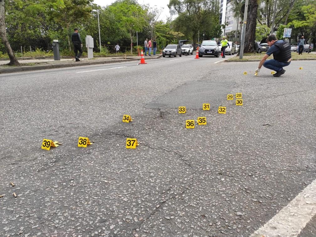 Perícia da Polícia Civil confirmou ao menos 39 tiros realizados na ação — Foto: G1