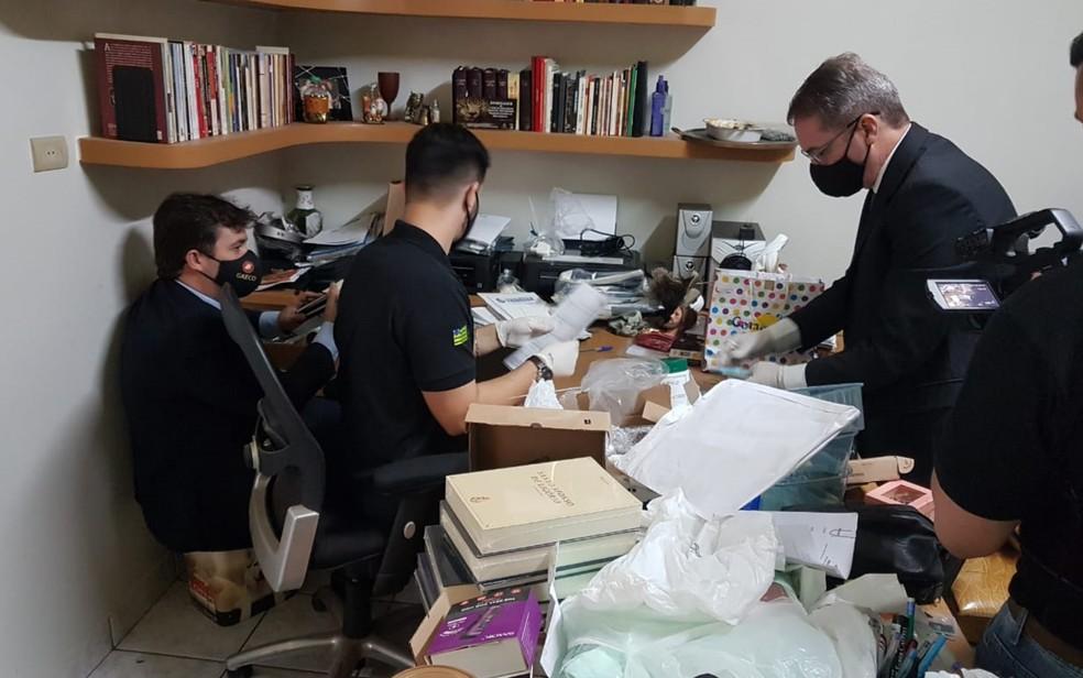 Promotores cumprem mandado de busca e apreensão na casa do padre Robson — Foto: MP-GO/Divulgação