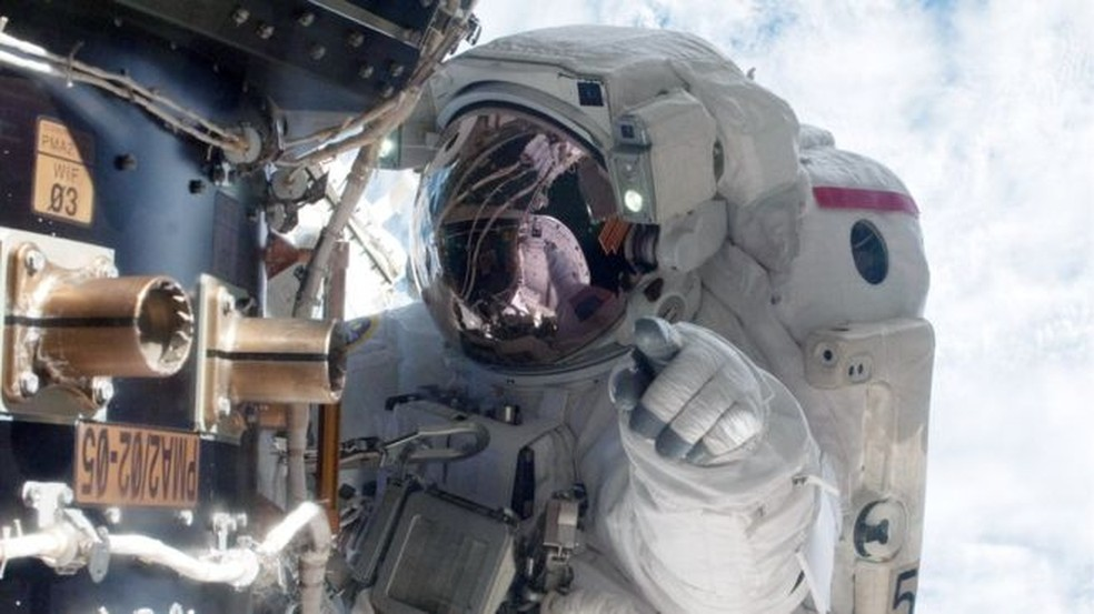 Astronauta americano Mike Fossum em trabalho de manutenção na Estação Espacial Internacional; profissionais passam por extenso treinamento para chegar lá — Foto: Getty Images