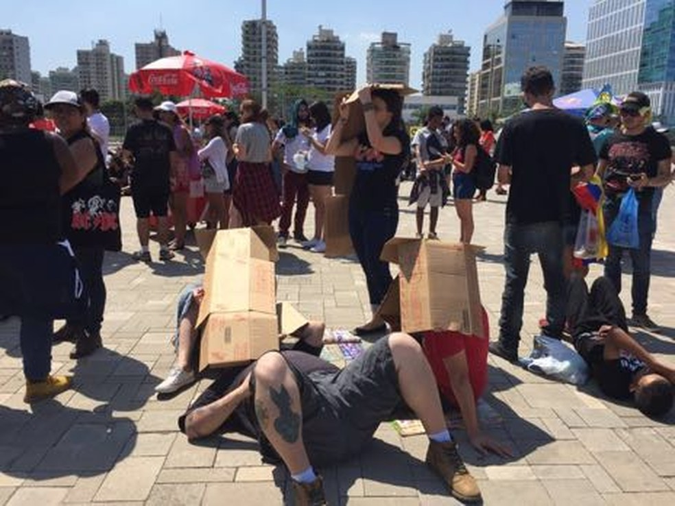 Caixa de papelão virou tapa-sol no Rock in Rio (Foto: Patrícia Teixeira/G1)