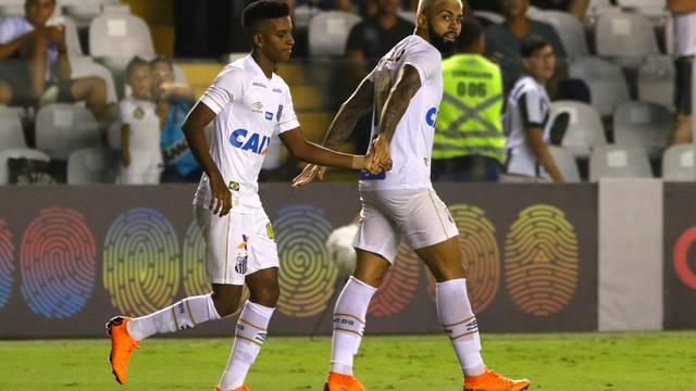 Rodrygo e Gabriel comemoram gol do Santos contra o Paraná
