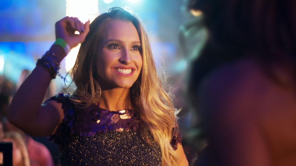 Carine provoca Bibi e mostra pulseira da festa — Foto: TV Globo