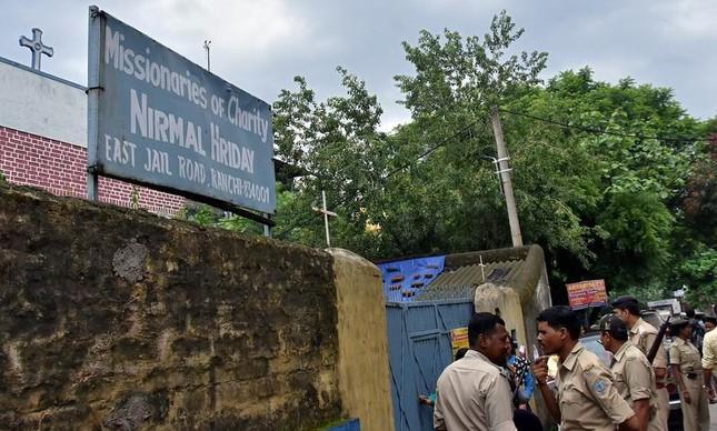 Polícia indiana em frente a abrigo administrado pela ordem fundada por Madre Teresa de Calcutá