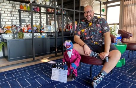 Tiago Abravanel mostra, em registro feito especialmente para a coluna, a sua sala com uma coleção de bonecos, objetos da cultura pop. Ele mora num apartamento em São Paulo Arquivo pessoal