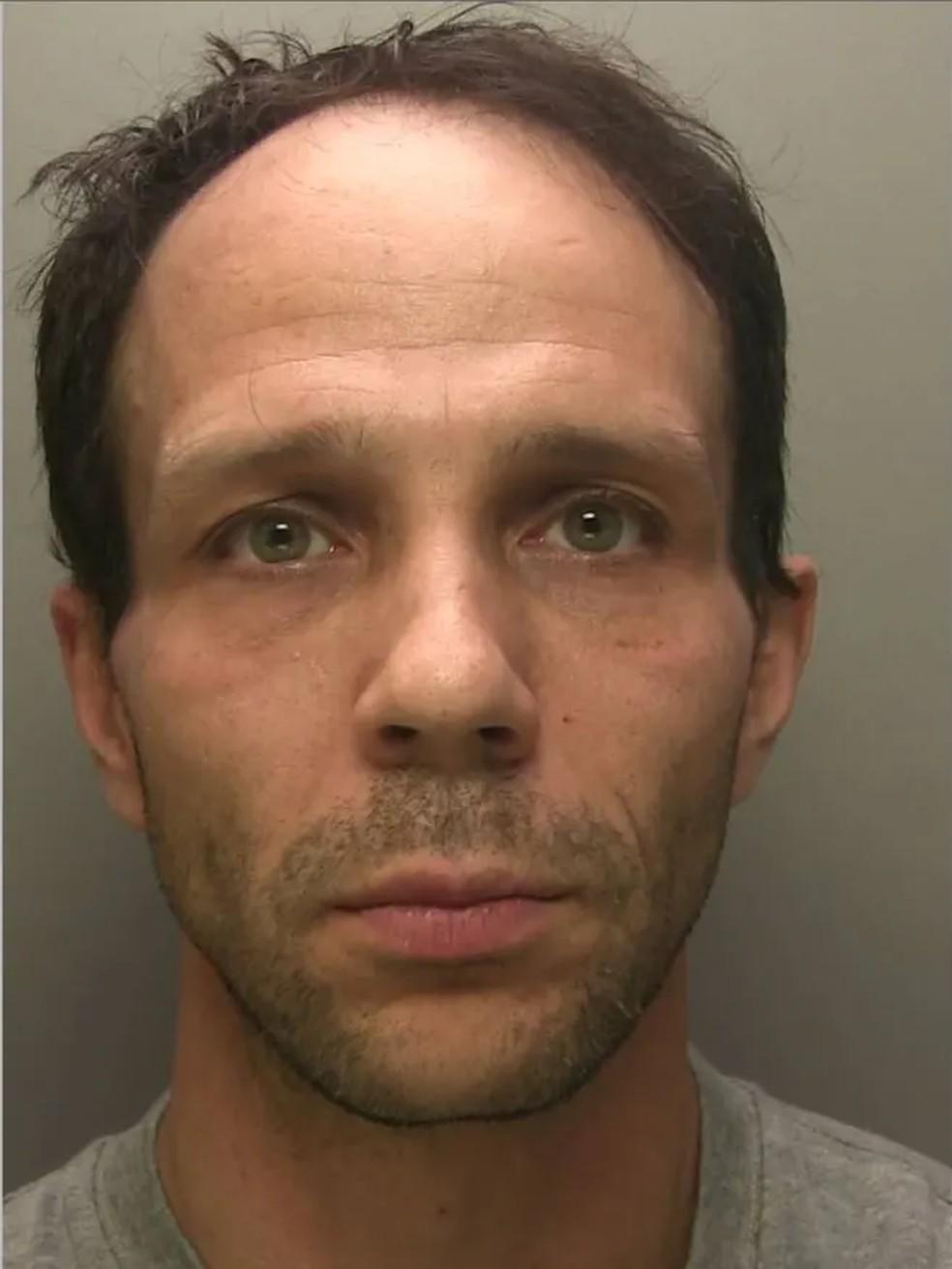 Ricardo Godinho, de 41 anos, foi condenado à prisão perpétua na quinta-feira (18) no Reino Unido, por matar a ex-companheira Aliny Mendes, de 39 anos. — Foto: Reprodução/Polícia de Surrey