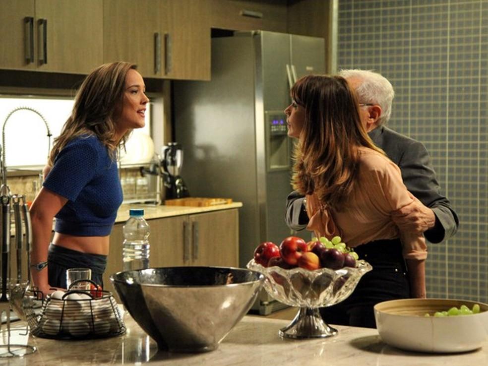 Amanda (Adriana Birolli) diz a Danielle (Maria Ribeiro) que José Pedro (Caio Blat) a beijou - 'Império' — Foto: Carol Caminha/Globo