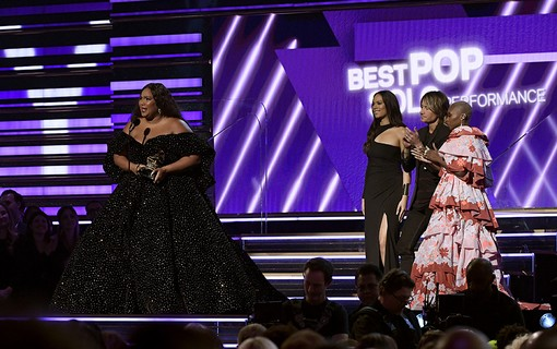 Lizzo vence a categoria Pop Solo por Truth Hurts