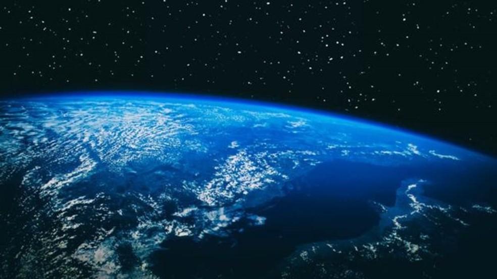 A cor azul da Terra se deve ao dióxido de carbono, que foi sintetizado em oxigênio — Foto: Nasa/BBC
