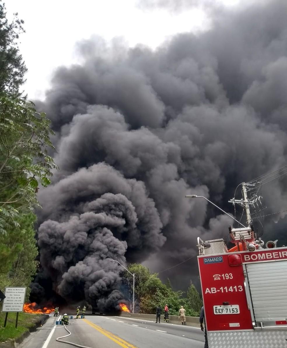 Bombeiros atendem ocorrência na serra da Tamoios — Foto: Bombeiros/Divulgação
