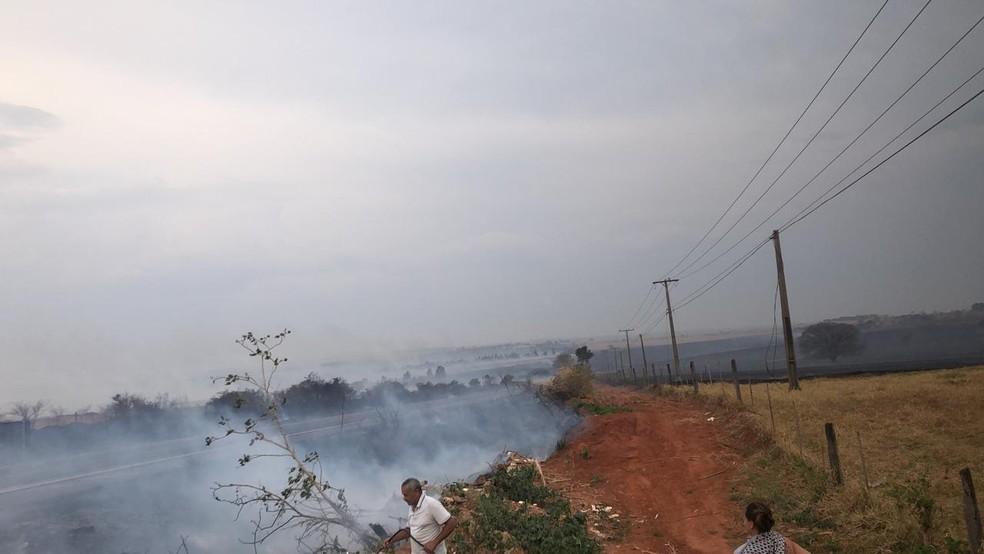 Fumaça do incêndio tirou a visibilidade dos motoristas na rodovia — Foto: Murilo Antunes